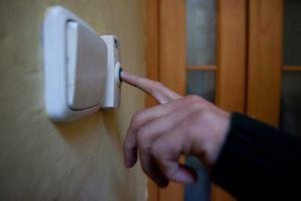 Pri dverách mestského bytu vám môže zazvoniť polícia.