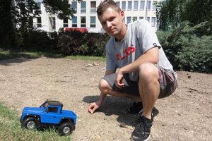 Matúš Vereš predvádza autíčko, ktoré vytvoril tím študentov z nitrianskej školy.