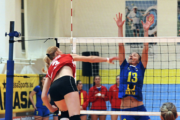Monika Smák v drese Kežmarku (v modrom) v zápase proti Slávii Bratislava