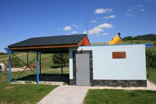 Pozorovateľňa je postavená vo dvore základnej školy.