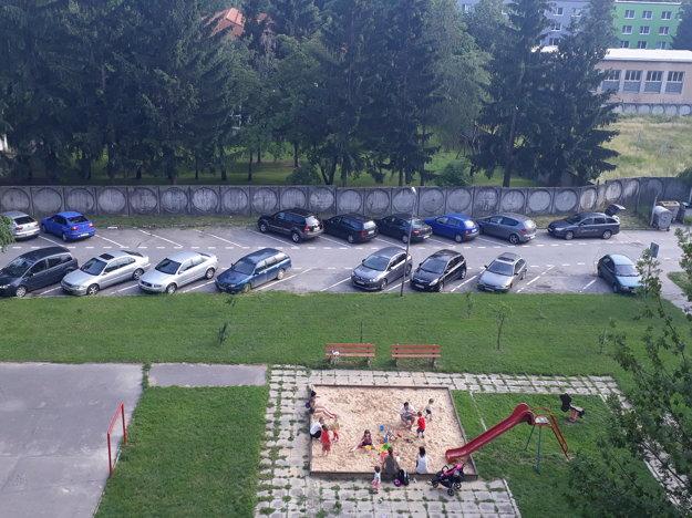 Fotka vznikla v pracovný deň o šiestej večer. Parkovisko pri ihrisku na Brezovej je poloprázdne.