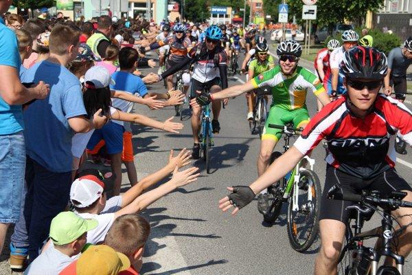 Cyklistov vítala v Trstenej stovka detí.