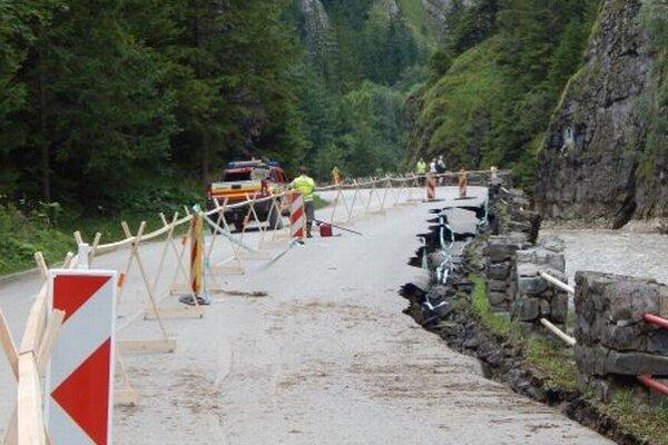 Momentálne prebiehajú vo Vrátnej práce na oprave vodou zničených ciest.