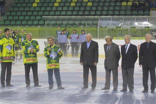Žilinský župan Juraj Blanár (úplne vľavo), vedľa neho primátor Žiliny Igor Choma a štvorica autorov (v oblekoch) pri krste knihy Hokej v Žiline.