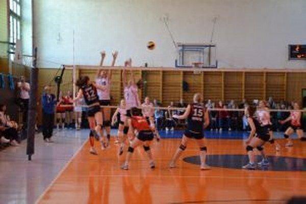Považskobystričanky (v bielom) podľahli v zápase o bronz UKF Nitra.
