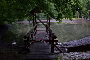 Opravy pri rybníku v parku.