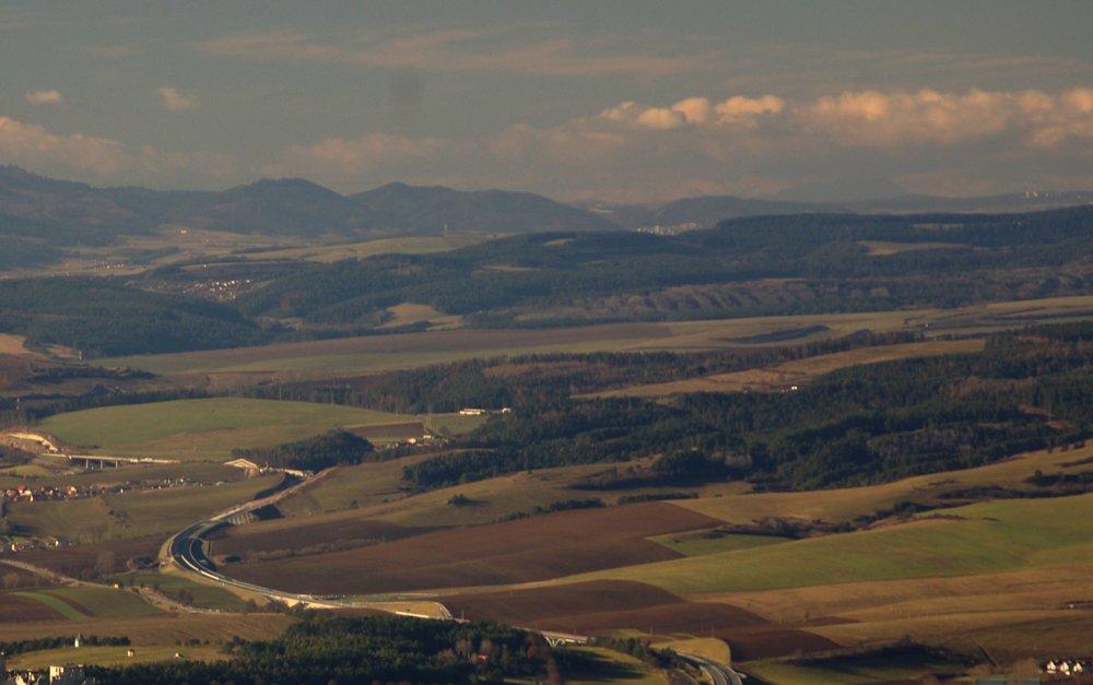 Na horizonte svetlé budovy mesta Svit, ojedinelý vzdialený pohľad z Rajtopíkov na Branisku