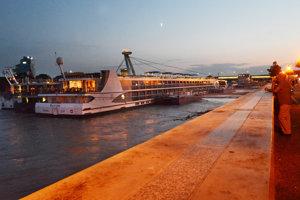 V sezóne na nábreží kotvia osobné výletné lode z celej Európy.