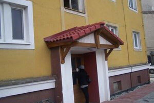V tomto dome ležal muž niekoľko dní mŕtvy. Museli zasahovať hasiči.