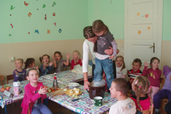 Deti sa naučili dlaviť kapustu a dobre sa pri tom bavili.