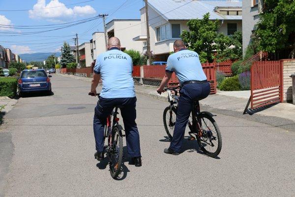 Mestskí policajti majú kdispozícii aj bicykle.