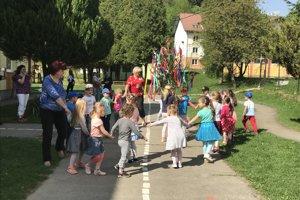 Váľanie mája v základnej škole v Povine bolo sprevádzané živou hudbou a následne májovou veselicou.