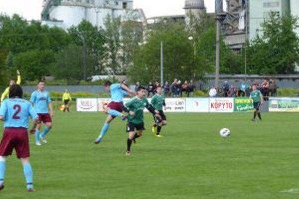 Ladčania (v zelenom) vybojovali v zápase s Hornou Porubou tri body.