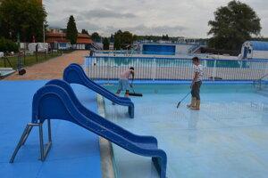 Aktuálne prebieha aj čistenie detského bazénu od nečistôt.
