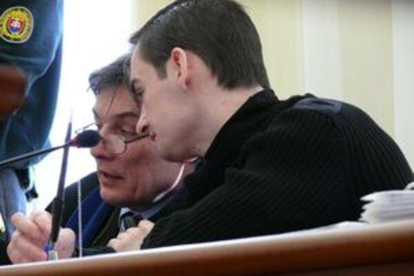Obvinený Roman Chocholáč sa radí so svojim obhajcom.