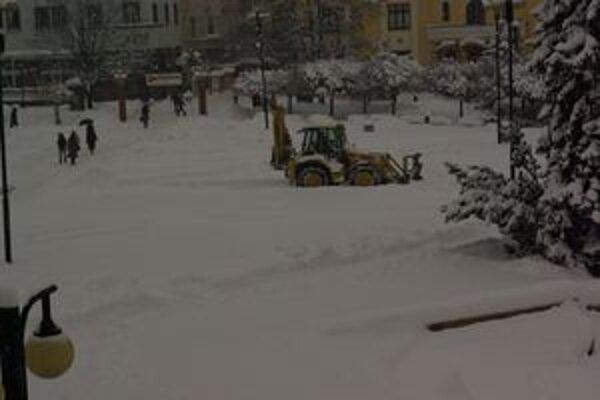 Na ostraňovaní snehu v Žiline pomáha aj technika.