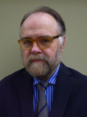 James Trottier je analytikom Kanadského inštitútu pre globálne záležitosti. Ako diplomat viedol štyri misie do Severnej Kórey, pôsobil tiež na kanadských ambasádach v Južnej Kórei, Thajsku a na Filipínach.