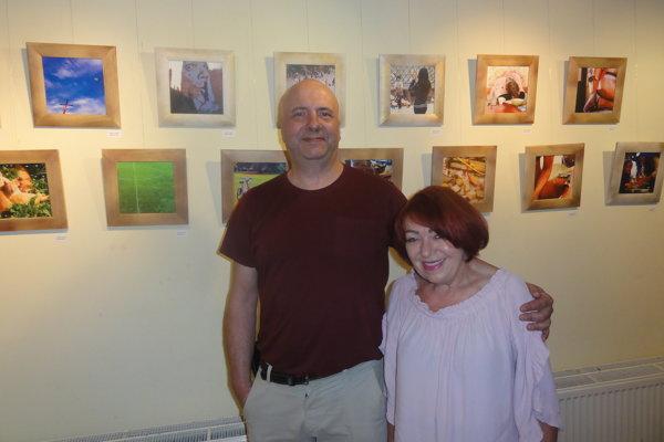 Autor Radek Bachratý s kurátorkou Martou Hučkovou pri svojich dielach.