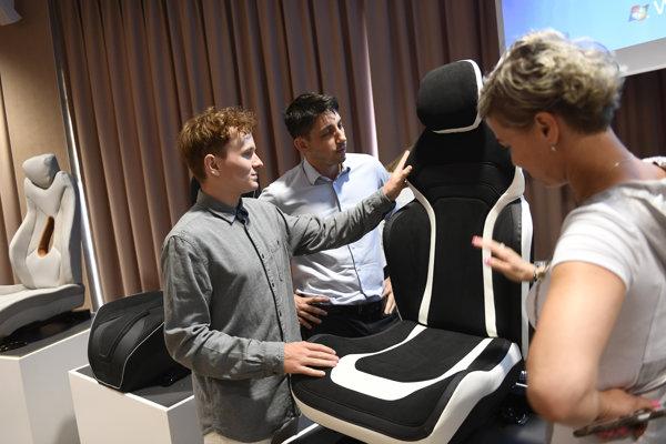 Jedným z dodávateľov pre automobilky je spoločnosť Adient, ktoré vyrába sedačky. Svoje vývojové centrum má v Trenčíne.