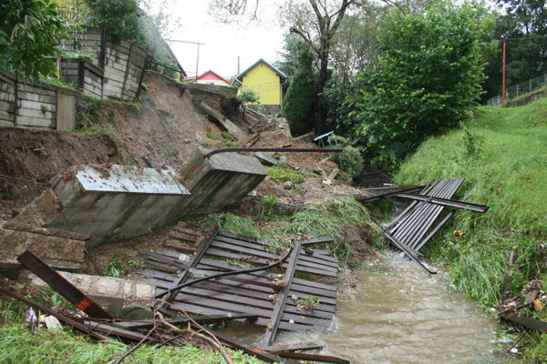 Krompachy - múr, plot aj tuje po búrke skončili v potoku.