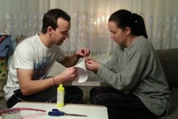 Pri práci jej pomáha manžel.
