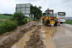 Cestári odstraňujú bahno z kanálov