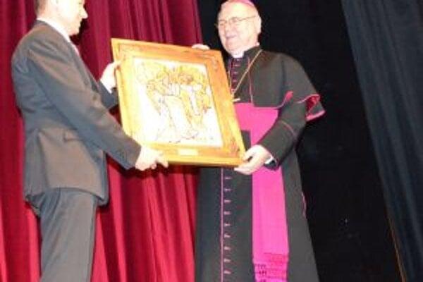 Jozef Štrba odovzdáva biskupovi obraz.