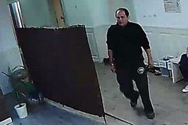 Muž je podozrivý z krádeže v kúpeľoch.