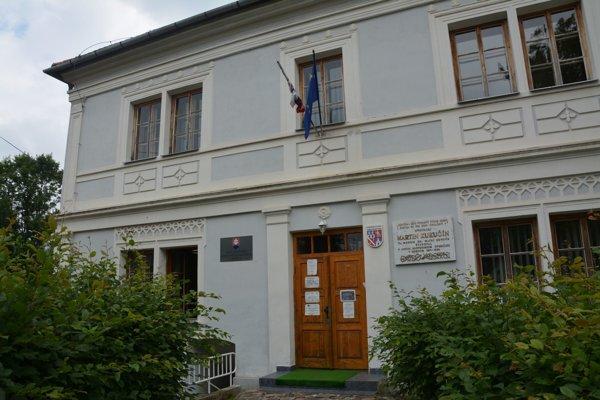 Prvé slovenské literárne gymnázium v Revúcej sa borí s nedostatkom žiakov.