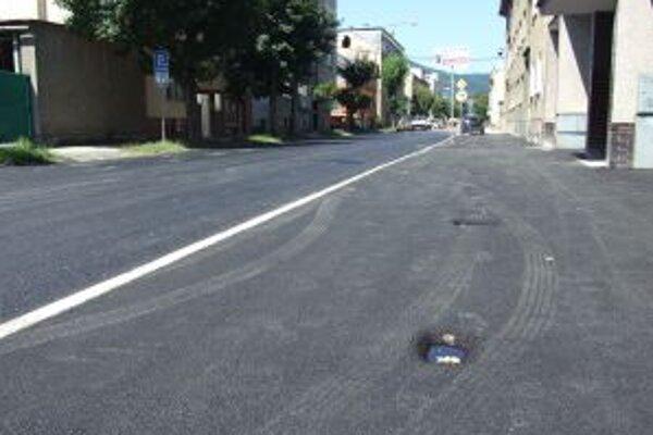 Autá parkovali na mäkkom asfalte. Ostali stopy po ich kolesách.