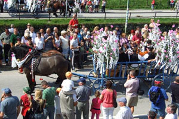 Konský vozový sprievod neodmysliteľne patrí k festivalu.