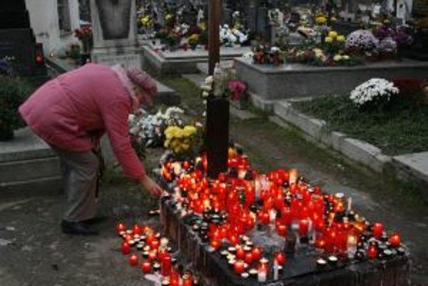 Za miesto na cintoríne treba zaplatiť do konca roka. Inak vás čakajú problémy.