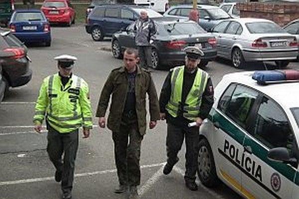 Milan bol v sprievode policajtov na vyšetrení v nemocnici. Potom ho čakal pobyt v cele, až kým nevytriezvel.