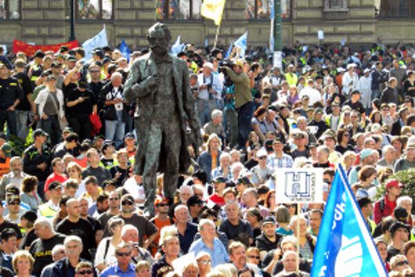 Tisíce českých odborárov 21. septembra 2010 v Prahe protestovali proti vládnemu zámeru znížiť v štátnom sektore platy o desať percent. U nás chcú odborári vyjsť do ulíc v októbri proti ozdravnému balíčku vlády. Bude to vyzerať podobne?