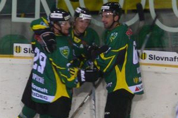 """Útok """"3K"""" - zľava Michal Kokavec, Jan Kopecký a Peter Klouda sa teší z tretieho gólu do siete Banskej Bystrice."""