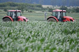 Traktory pri obci Haniska pri Košiciach.