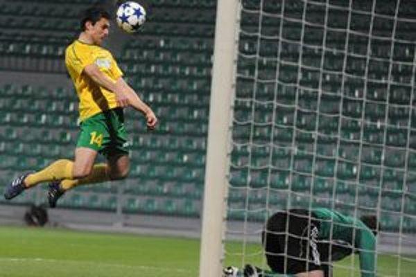 Tomáš Oravec takto strelil prvý gól zápasu.