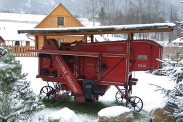 Starý stroj na spracovanie obilia.