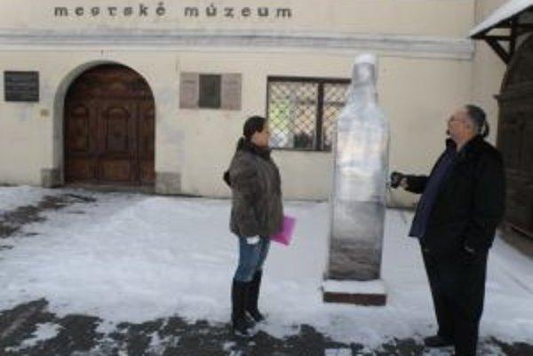 Socha na námestí stojí obalená v celofáne. Proti odhaleniu protestujú aj miestni aktivisti Soňa Vanovčanová a Miroslav Bellan.