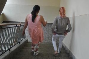 Matka s dcérou odchádzajú zo súdu.