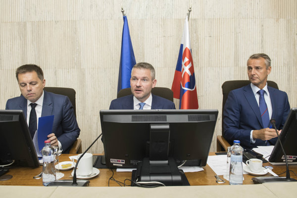 Minister Peter Kažimír, premiér Peter Pellegrini a minister Richard Raši na zasadnutí vlády.
