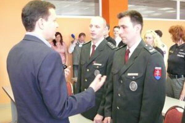 Hrdinského policajta odmenil minister Daniel Lipšic.