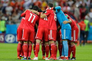 Iránski hráči sa povzbudzujú pred stretnutím.