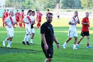 Futbalisti Serede v príprave porazili FC ViOn 4:0. Na snímke obaja domáci tréneri Michal Gašparík (vpravo) a Marián Šarmír.