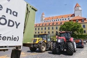 Farmári pokračujú v protestoch.