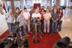 Farmári aj po stretnutí s Andrejom Dankom pokračujú v protestoch.