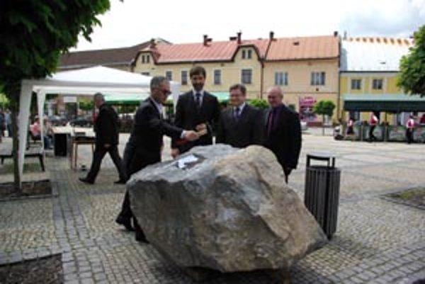 Rekonštrukciu slávnostne zahájili vlani v júni. Zúčastnil sa aj vtedajší primátor Peter Korec (vľavo) a riaditeľ agentúry SO/RO Milan Ovseník (tretí zľava).