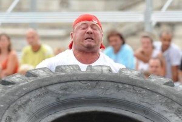 Na snímke víťaz - súťažiaci Kostiantyn Ilin z Ukrajiny pri stoji so 400 kg pneumatikou.