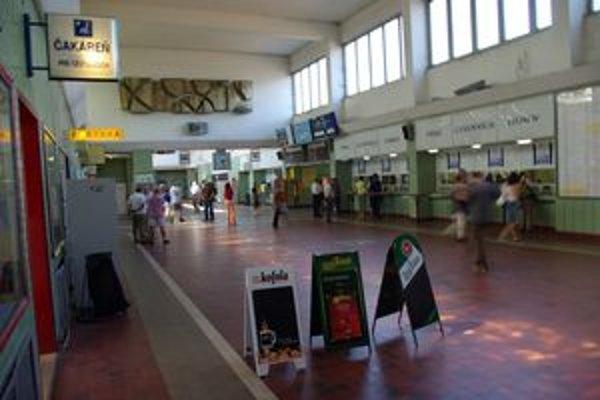 Na žilinskej železničnej stanici mladá žena z Malaciek po večeroch zvádzala mužov.
