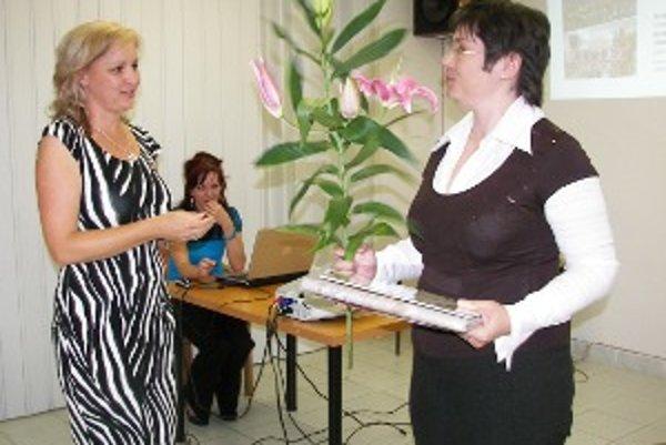 Autorka Andrea Sládková (vpravo) pri preberaní ceny.